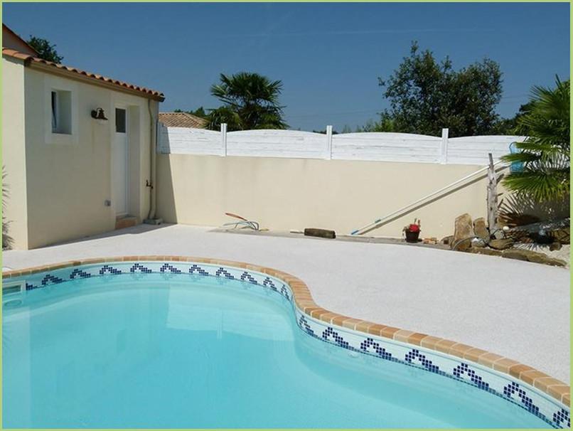 contours de piscine en moquette de pierre couleur rosa corallo.
