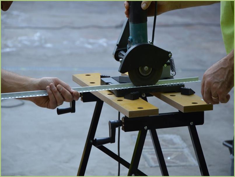 Découpe des profilés aluminium pour donner la bonne épaisseur partout et finir les rives