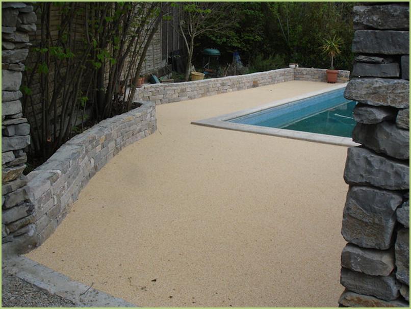 contour de piscine en moquette de pierre de marbre couleur rosa corallo.