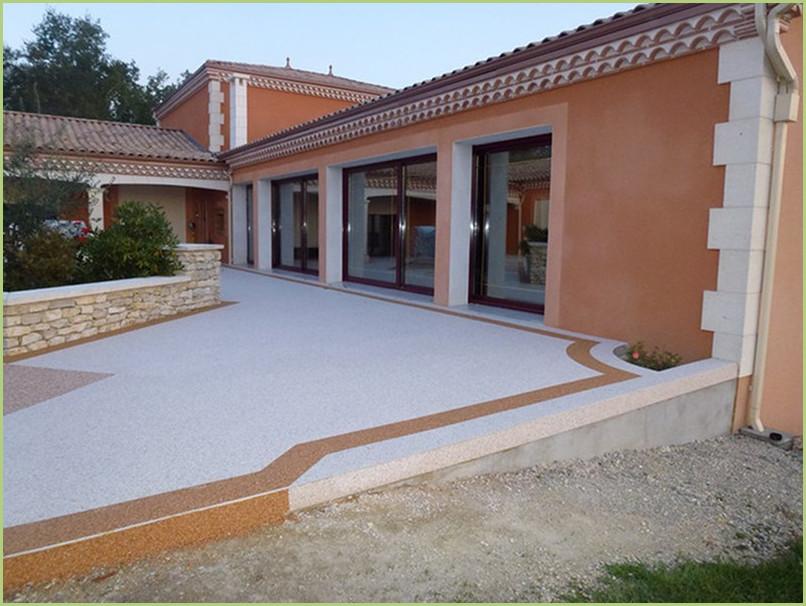 terrasse resine marbre en couleur botticino et bordures en rosso verona.