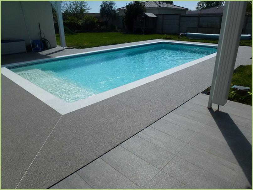 contour piscine en moquette de pierre de marbre couleur bardiglio chiaro.