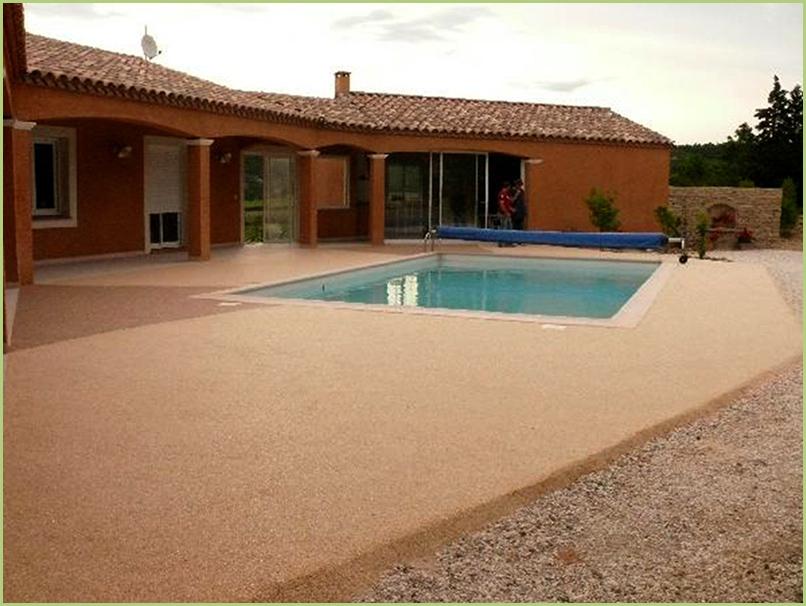 terrasse et contours de piscine en moquette de marbre couleur rosso verona.