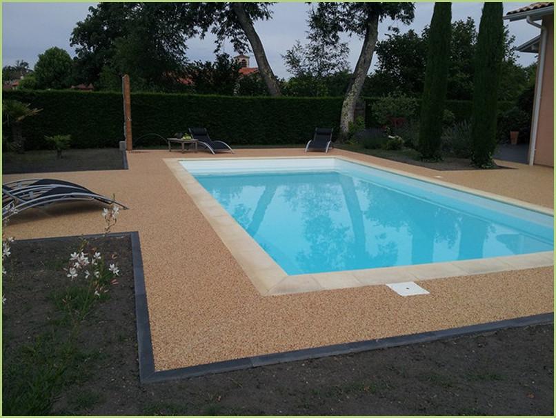 Petite terrasse et contours de piscine resine marbre couleur giallo mori.