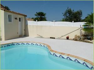 Petite piscine originale en Agrégats de marbre