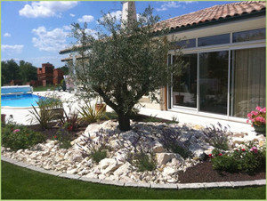 Beau jardin paysagé, plages en marbre
