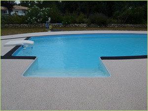 Jolie piscine, des plages en agrégats de marbre