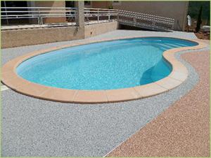 Une piscine et ses plages en marbres