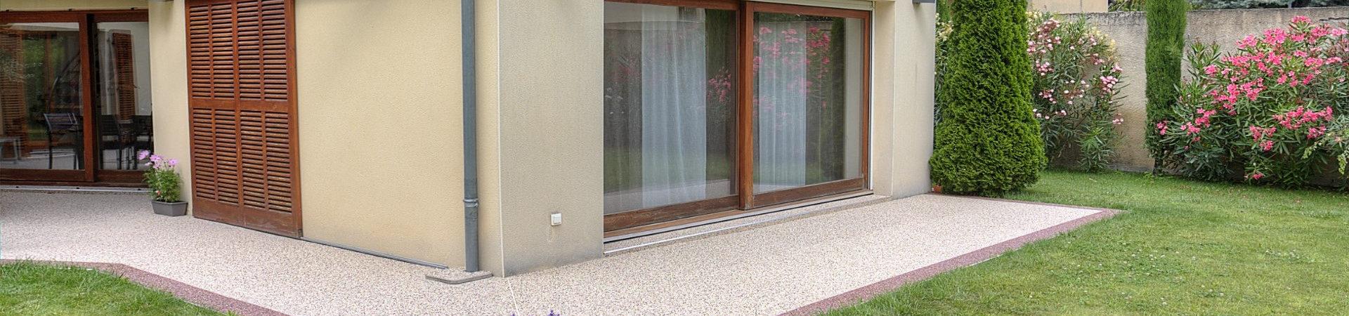 Trottoirs et murs de maison toujours propres - pas d'humidité