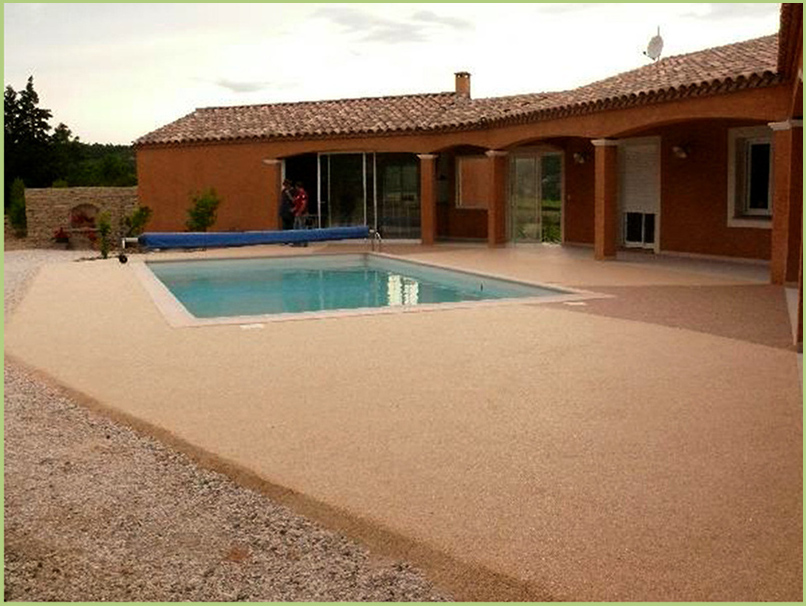 Terrasse et contours de piscine en moquette de marbre couleur rosso verona