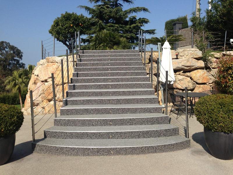 Grand escalier en granulats de marbre gris