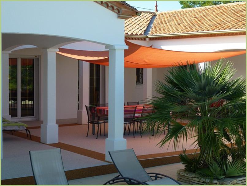 Terrasse résine en couleur bianco carrara et bordures en rosso verona.