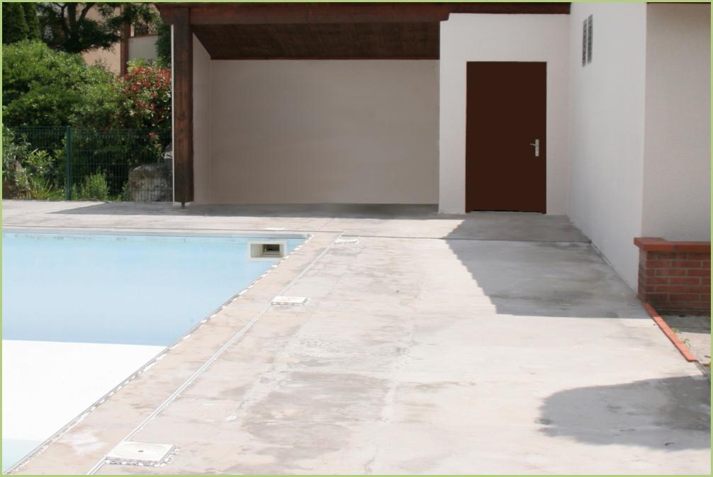 Sol en granulats de marbre d'une plage de piscine - Avant